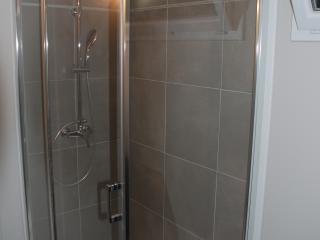 Création d'une grande douche avec pose de carrelage mural