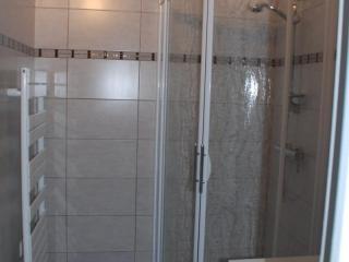 Frise en faïence design dans une salle de bains