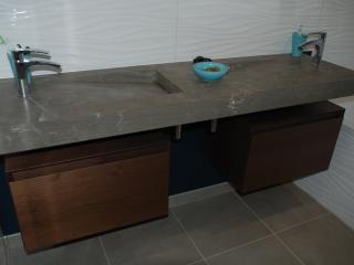 Double vasque en marbre gris très moderne avec meuble suspendu en bois