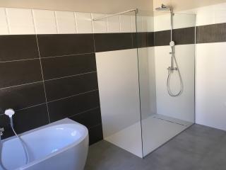 Douche a l'italienne et baignoire - Rénovation salle de bain Nimes