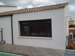 Vue extérieure de la chambre créée à partir d'une terrasse couverte
