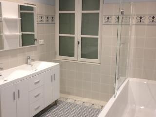 Salle de bain rénovée et décorée avec des carreaux de ciment