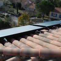 Fixation des panneaux solaires thermiques sur le toit d'une maison près de Nîmes