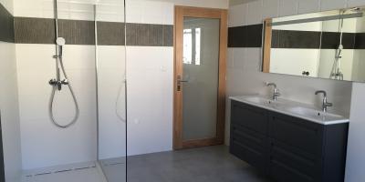 Réalisation d'une salle de bains complète moderne à Vauvert (30)
