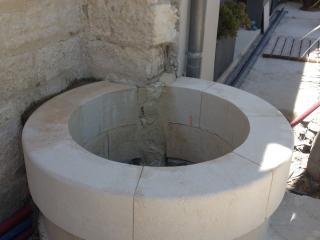 Création d'un puits en pierre dans la cour extérieure