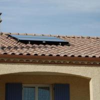 Installation de panneaux solaires pour un chauffe-eau solaire autovidangeable