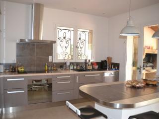 Création d'une cuisine équipée complète avec comptoir mange debout