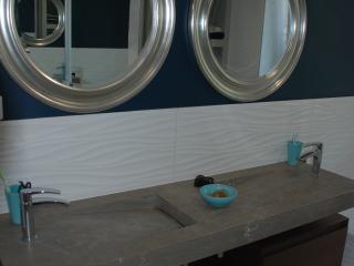 Aménagement d'une salle d'eau bleu avec une double vasque