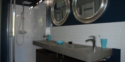 Salle de bain rénovée avec douche et baignoire