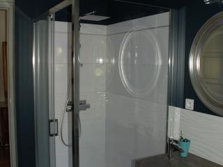 Création de douche à l'italienne près de la double vasque de la SDB