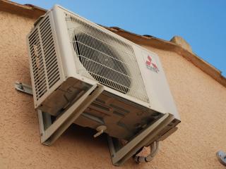 Climatisation Mitsubishi Electric installée sur une façade extérieure
