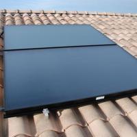 Panneaux solaires installés pour chauffe-eau solaire