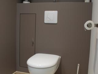 Grand coin WC avec une installation suspendue