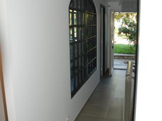 Couloir avec un châssis en bois intégré