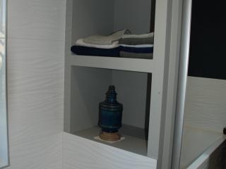 Niches de rangement créée contre la baignoire