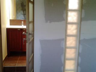 Cloison ajourée pour séparer la chambre et la salle d'eau