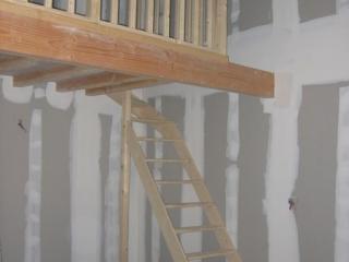 Mezzanine avec  rambarde et escalier quart tournant