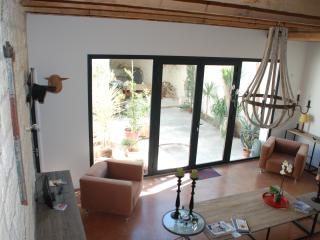 Vue du salon et de la baie vitrée en aluminium