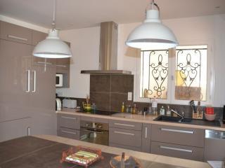 Installation de meubles neufs couleur taupe dans une cuisine ouverte