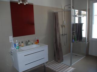 Rénovation de salle de bain avec pose de faïence et carrelage