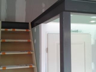 Pose d'un escalier en bois menant à la mezzanine bois et métal